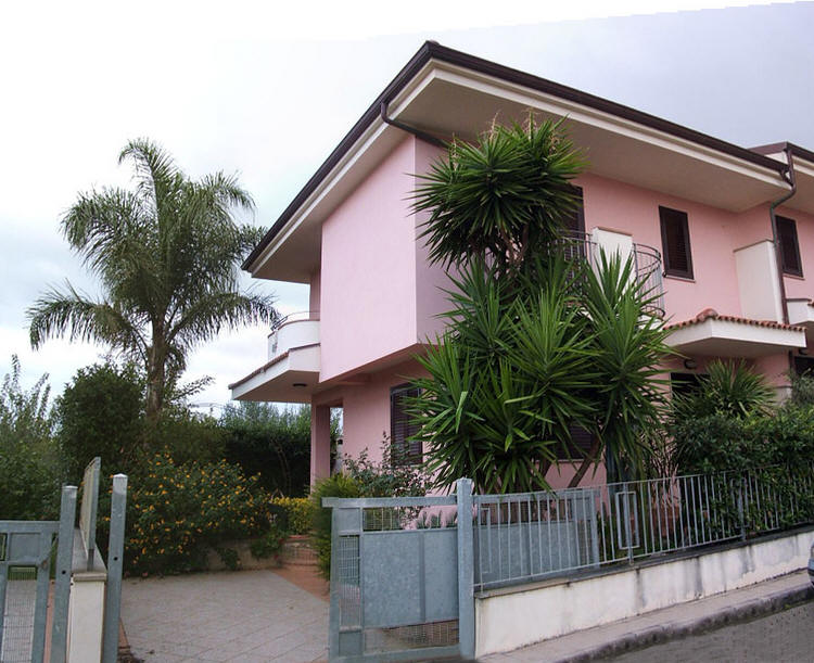 Villa in residence con piscina e campo da tennis ad - Villa con piscina sicilia ...
