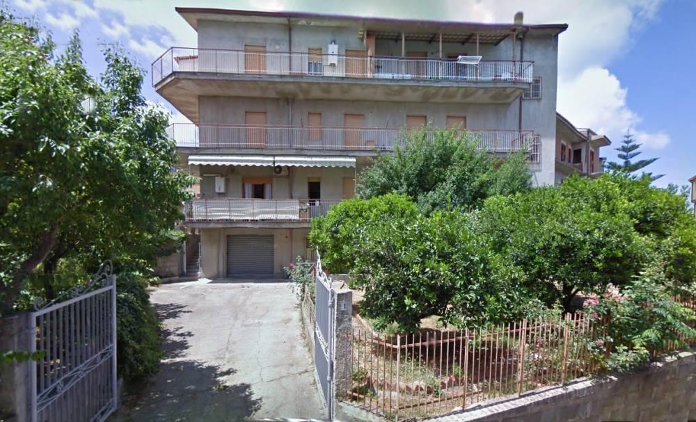 Appartamento al piano seminterrato con terreno rocca di for Appartamento di efficienza seminterrato