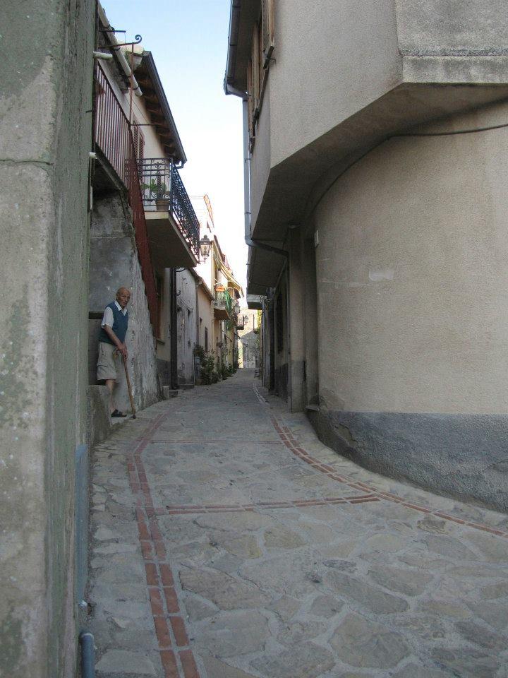 Foto 2 Particolari vicoli della zona storica di Brolo