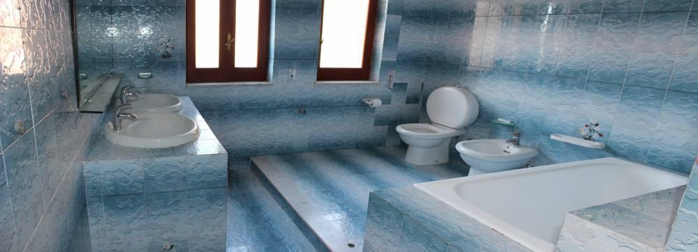 Foto 1 del primo bagno abitazione in vendita a Rocca di Caprileone