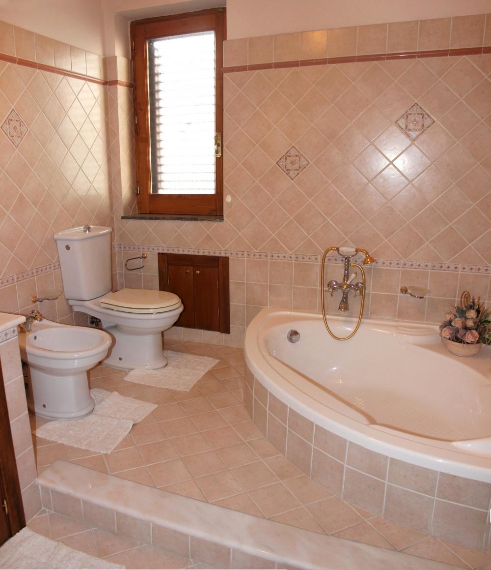 Bagno con vasca angolare - Casa Vacanza RC55 a Rocca di Capri Leone