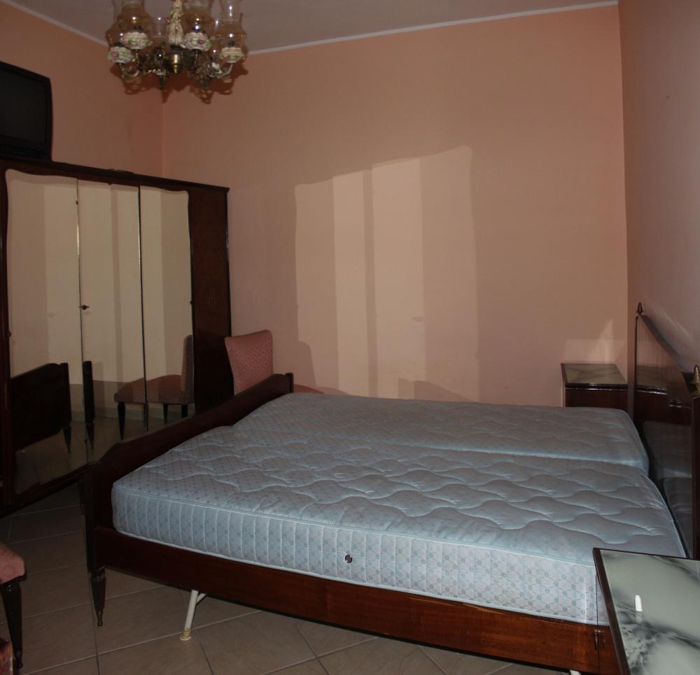Camera da letto al piano primo del fabbricato in vendita a Torrenova - Sicilia