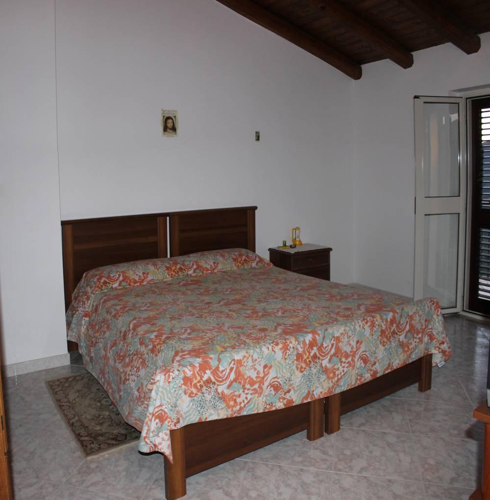 Camera da letto matrimoniale della villa in vendita nel Comune di Mirto