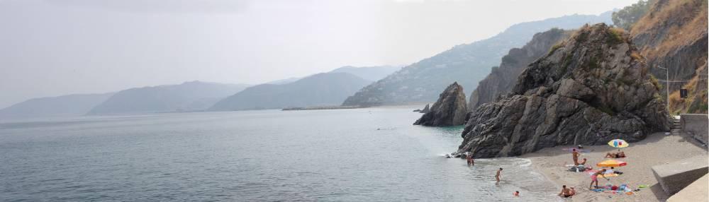 Mare incantevole di S. Gregorio incastonato nelle scogliere