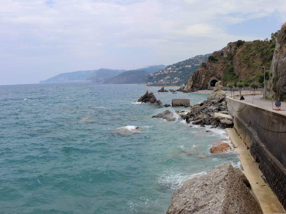 Il mare e gli scogli di San Gregorio e la galleria sullo sfondo
