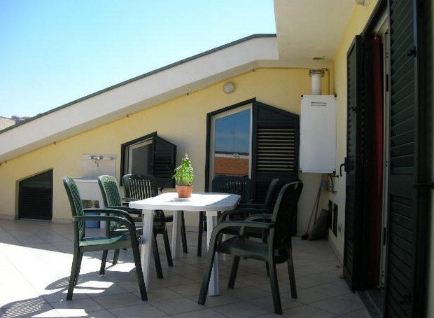 Casa con terrazzo ad uso vacanze a Capo d´Orlando. Rif. CD01