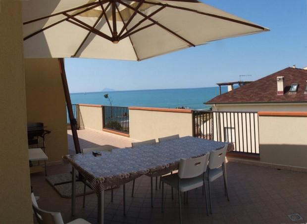 Abitazione in attico e con bellissimo terrazzo vista mare. Spiaggia a 10 metri