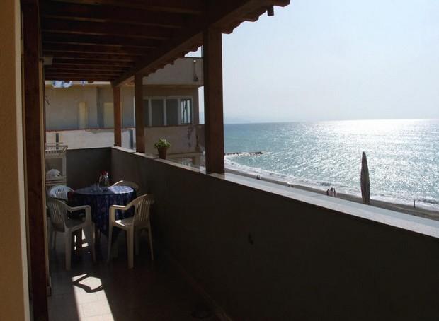 Casa sulla spiaggia e terrazzo vista mare a Capo d´Orlando. Rif. CD55