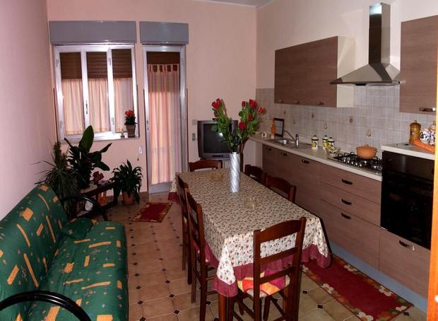 Casa per vacanze nel centro di Capo d´Orlando e 250 metri dal mare. Rif. CD61