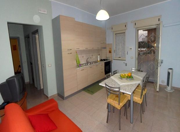 Casa per vacanze a 30 metri dalla spiaggia del Lungomare a Capo d´Orlando. Rif. CD67