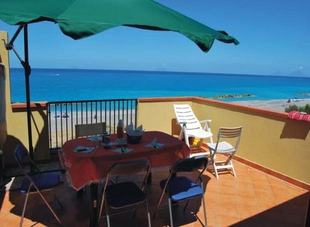 Casa sulla spiaggia di Via Trazzera Marina a Capo d´Orlando. Rif. CD75