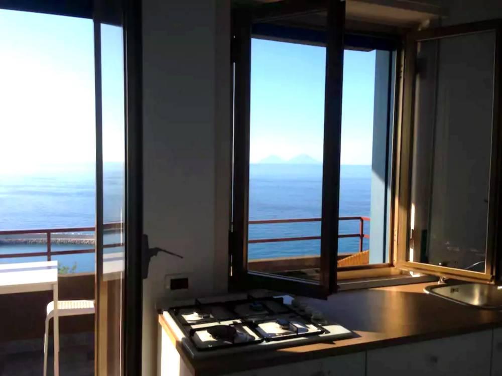 Angolo cucina e vista mare
