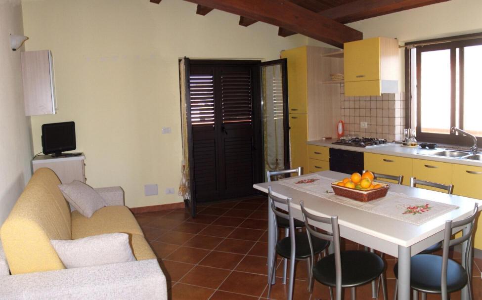 Altra foto del soggiorno cucina
