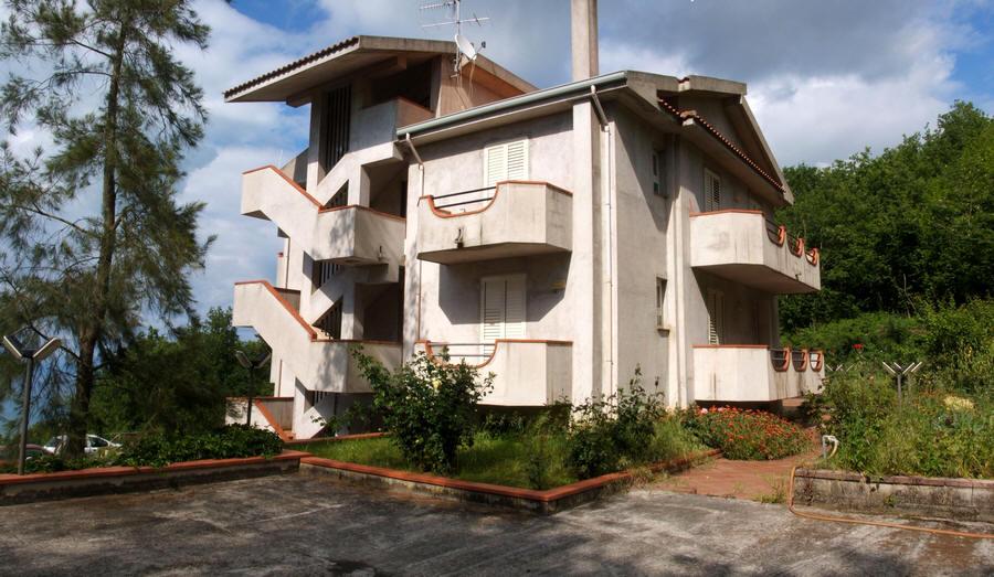 Facciata esterna del fabbricato in cui si trova l'appartamento in vendita a Naso