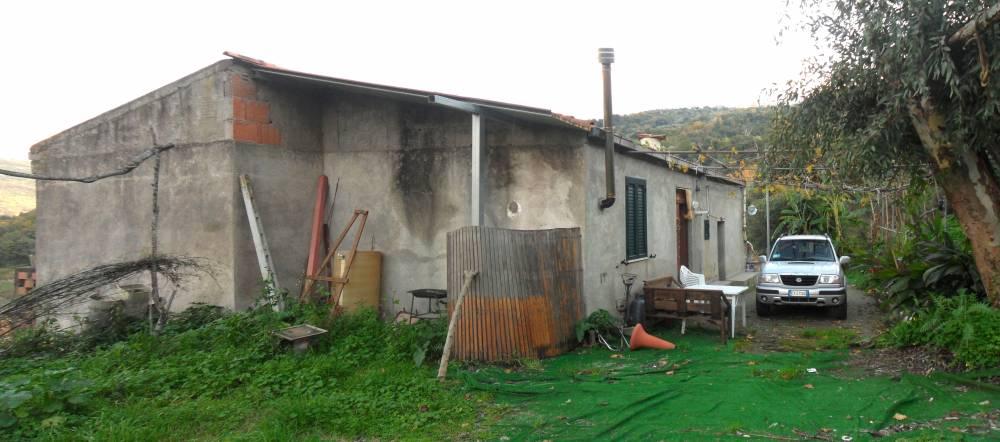Casa singola con 5000 mq di terreno a mirto vicino rocca - Facciata esterna casa ...