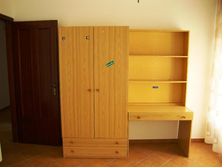 Armadio e scrivania in terza camera da letto
