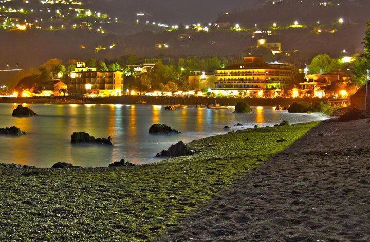 Incantevole veduta notturna della spiaggia di San Gregorio