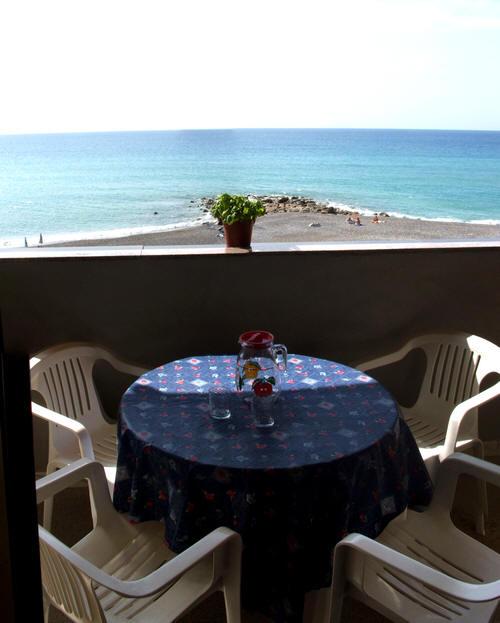 Tavolo e sedie sul terrazzo con vista mare