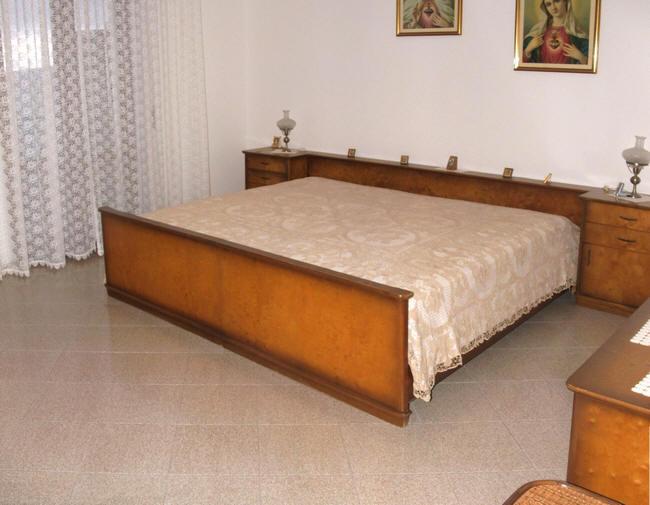Camera da letto matrimoniale dell'abitazione in vendita a Capri Leone (zona storica) - Sicilia