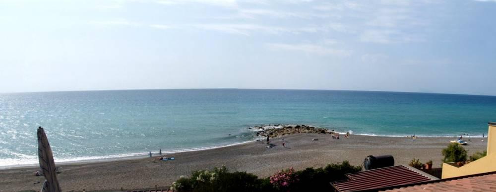 La spiaggia di fronte alla casa