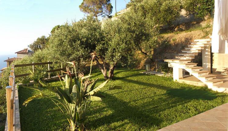 Il giardino attiguo