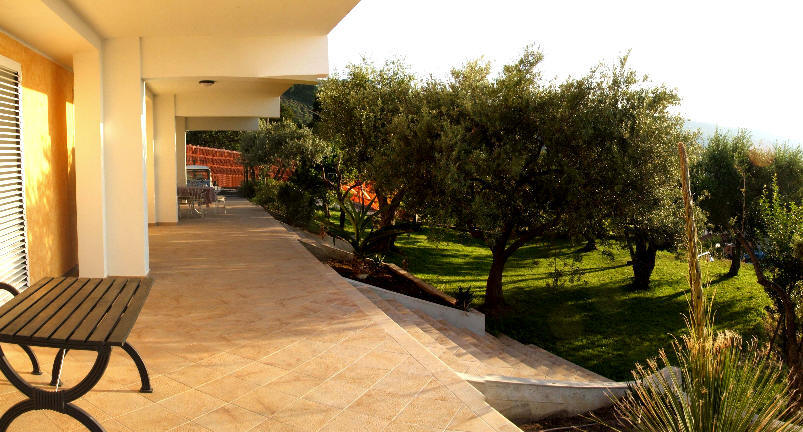 Il giardino con il terrazzo