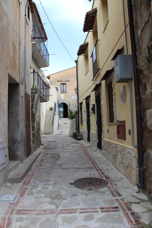 Foto 3 Particolari vicoli della zona storica di Brolo