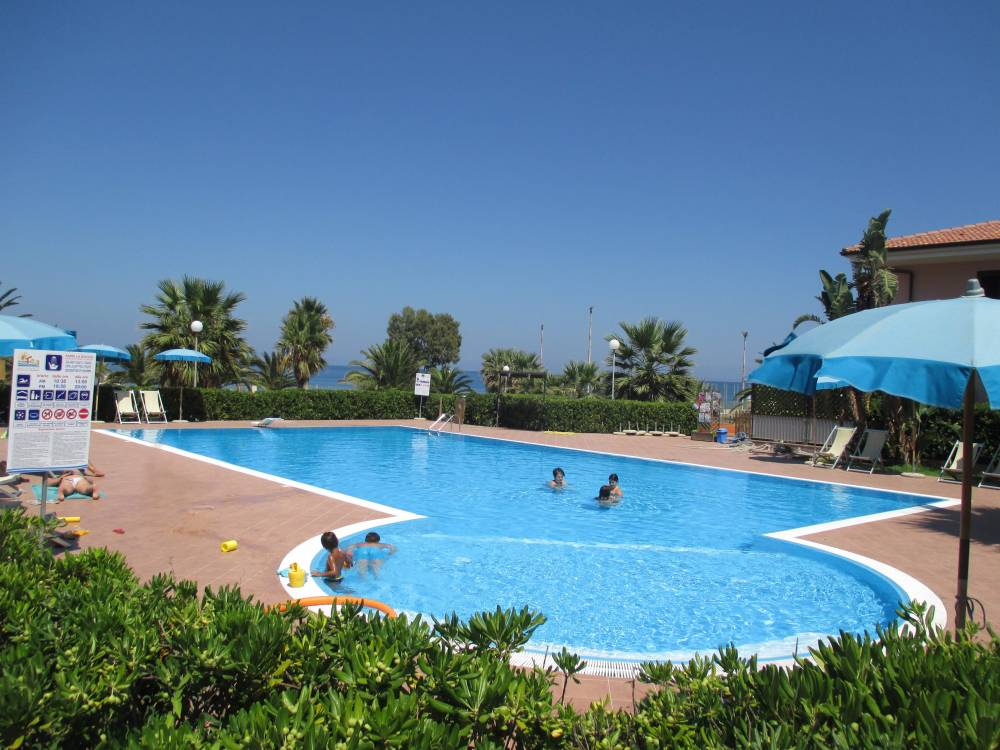 Villa in residence con piscina e campo da tennis ad - Residence con piscina in sicilia ...