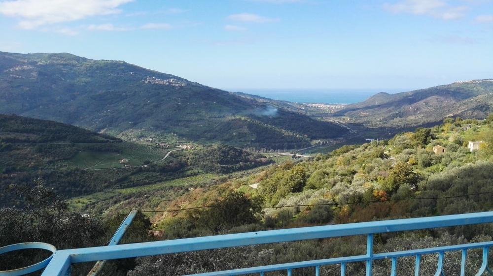 Veduta panoramica fabbricato su tre livelli in vendita a Castell'Umberto