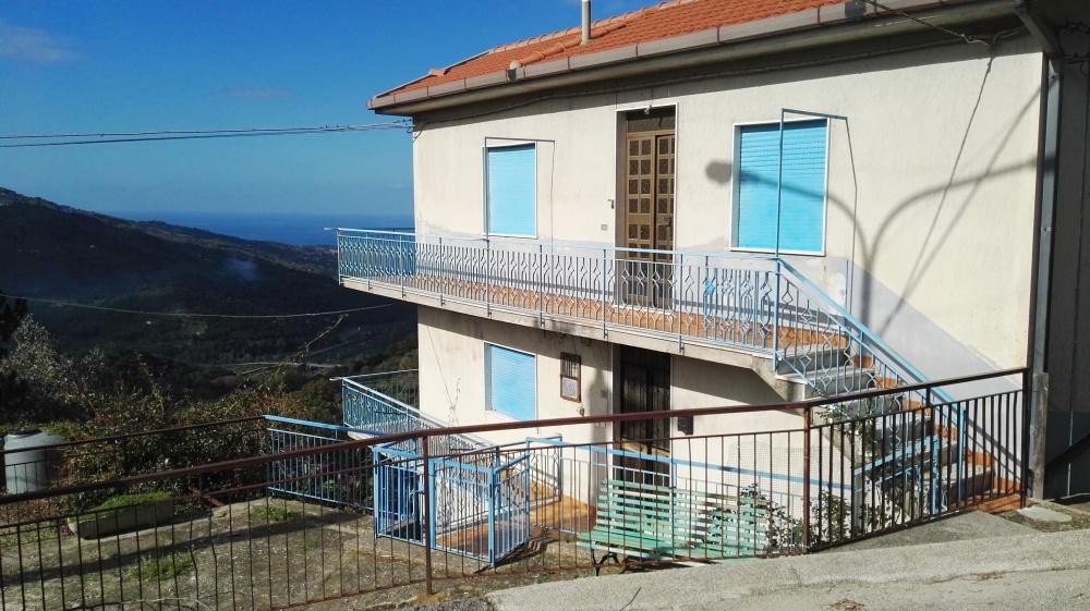 Esterno fabbricato su tre livelli in vendita a Castell'Umberto
