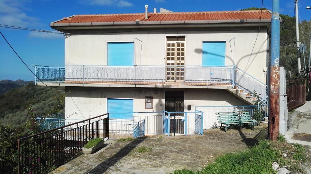 Foto n. 3 dell'esterno fabbricato su tre livelli in vendita a Castell'Umberto