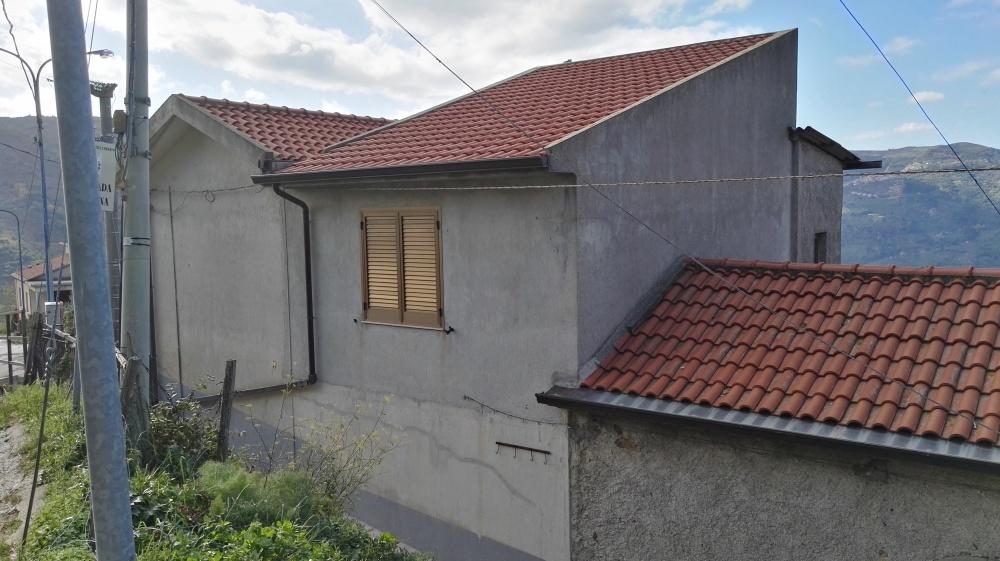 Foto n. 2 dell'esterno fabbricato su tre livelli in vendita a Castell'Umberto