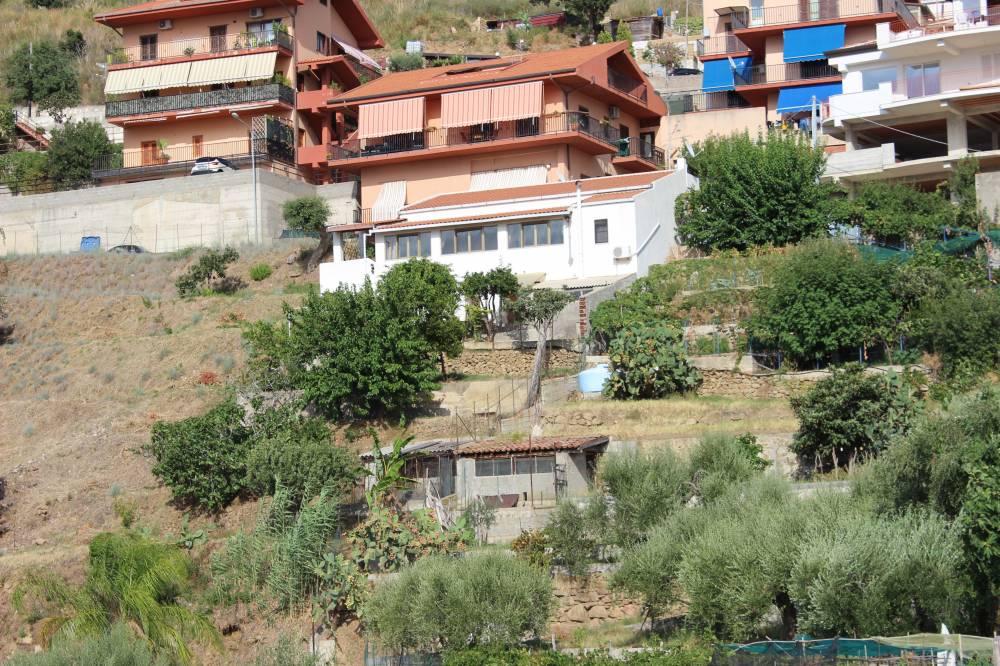 Abitazione Con Garage E Terrazzi Nella Zona Alta Di Capo D