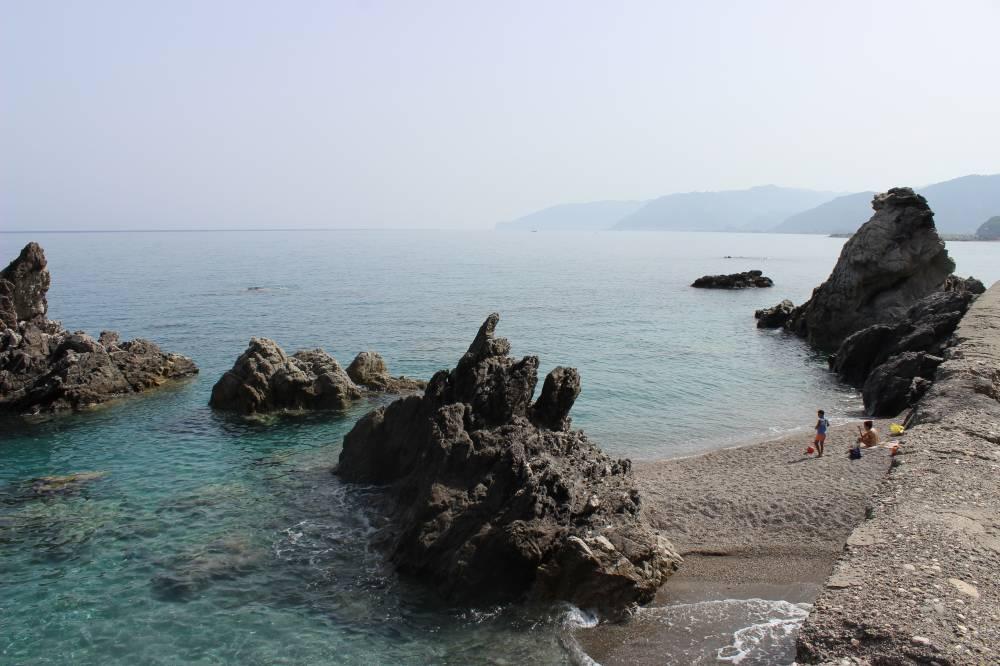 Piccola spiaggia con scogliere