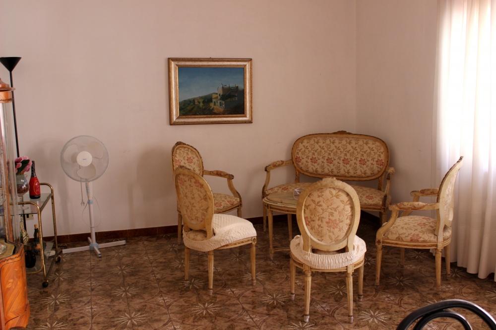 Foto n. 2 del soggiorno della casa in vendita a Rocca di Capri Leone RC76VF