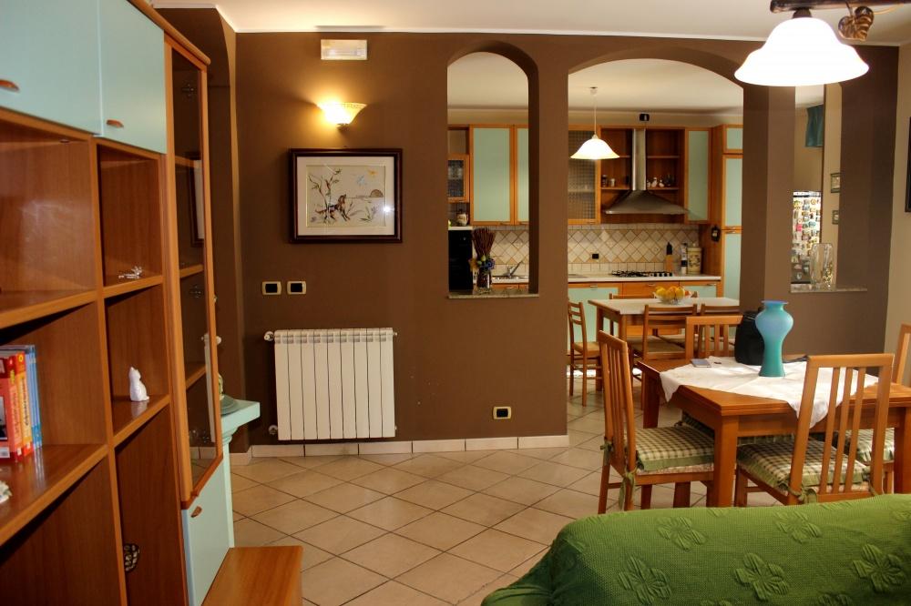 Foto n. 1 del soggiorno - cucina - Casa Vacanza RC55 a Rocca di Capri Leone