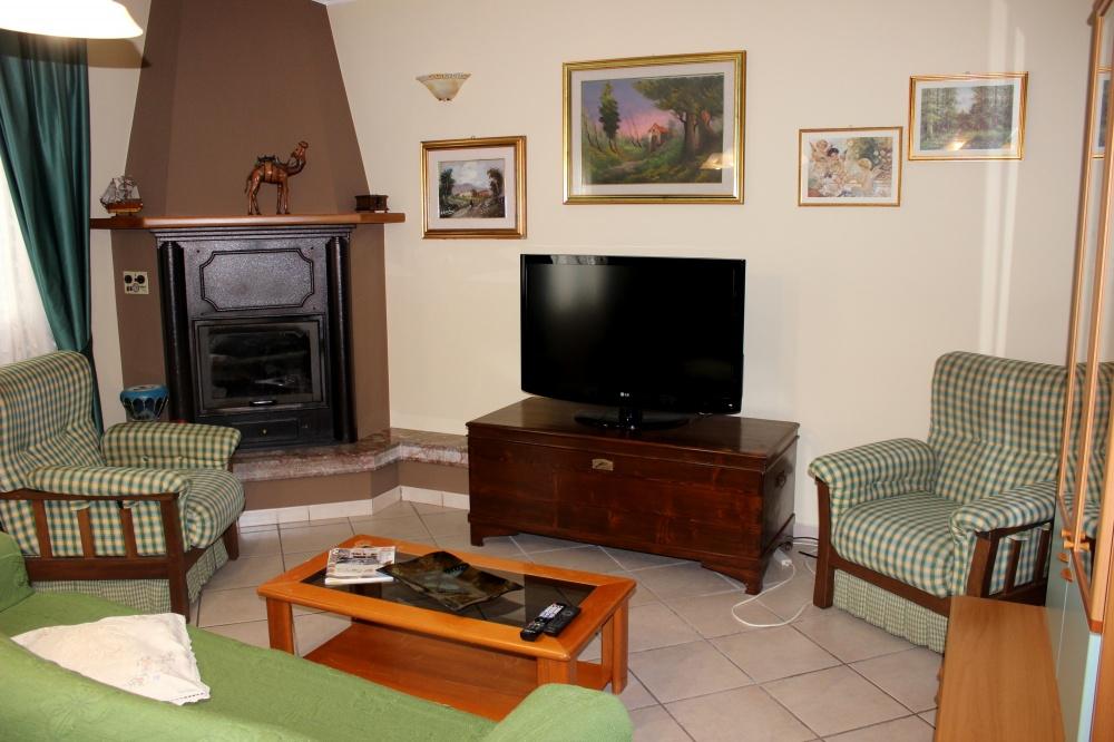 L'angolo TV nel soggiorno cucina - Casa Vacanza RC55 a Rocca di Capri Leone