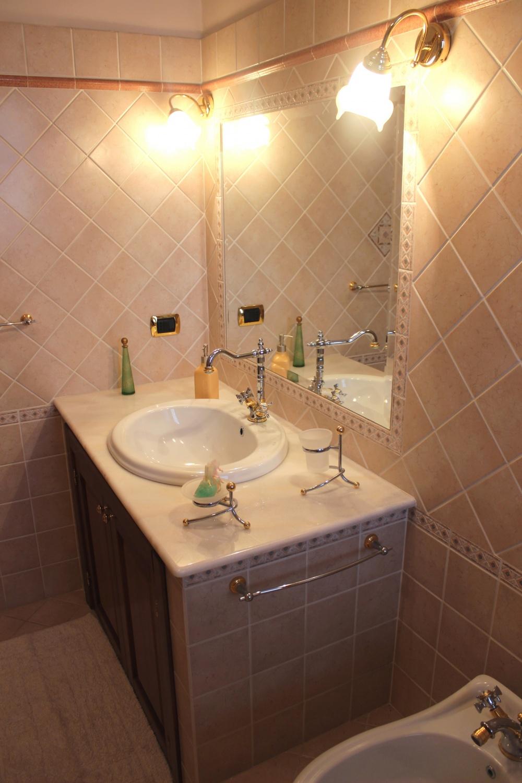 Foto 2 del bagno con vasca - Casa Vacanza RC55 a Rocca di Capri Leone