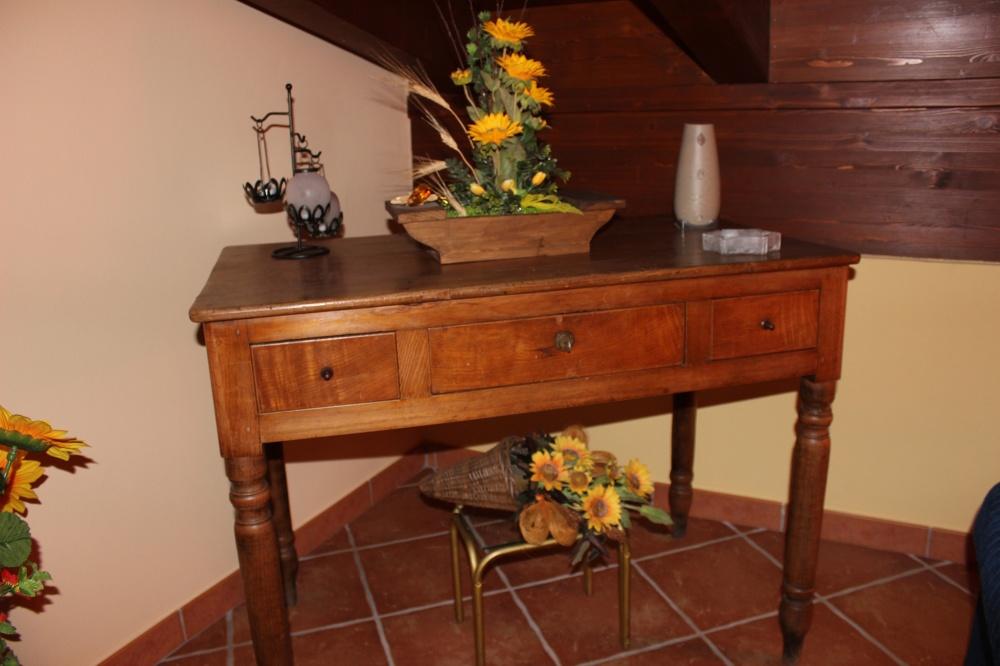Tavolino d'epoca della casa vacanza di Rocca di Capri Leone RC44