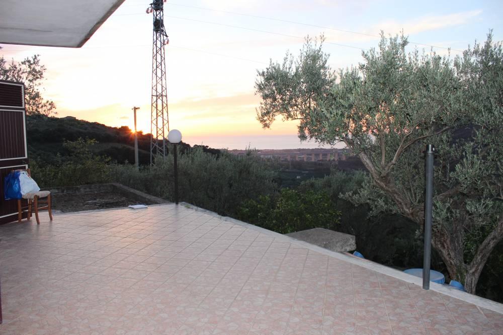 Terrazzo con vista mare della villa in vendita nel Comune di Mirto
