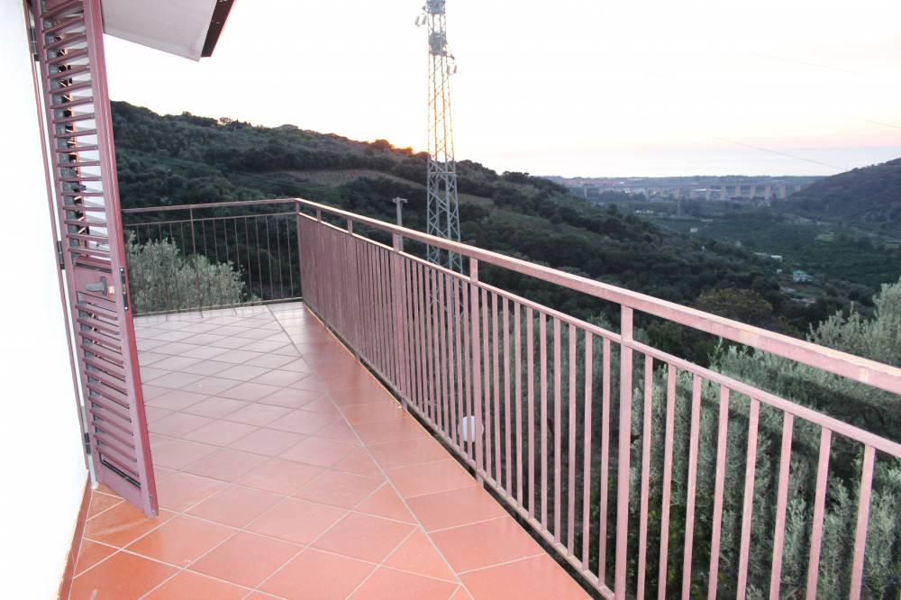 Terrazzo al primo piano della villa in vendita nel Comune di Mirto
