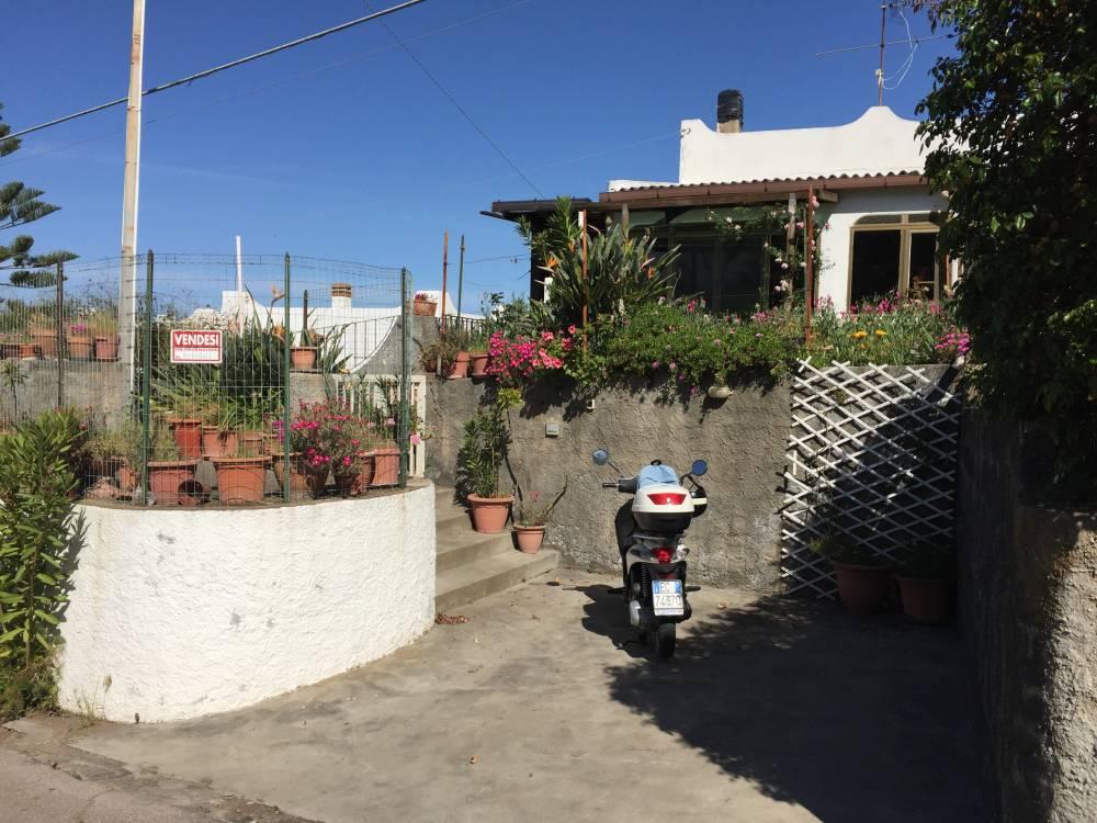 Foto esterna della casa in vendita a Vulcano (Lipari - Sicilia)
