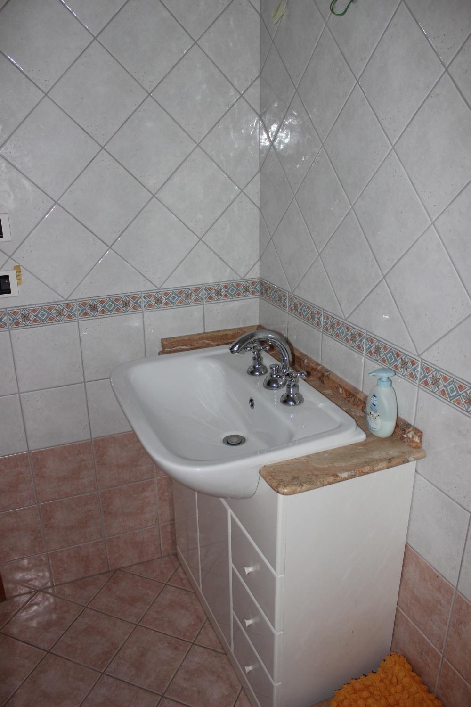 Lavabo bagno n. 1 dell'appartamento Rif. RC78VF a Rocca di Capri Leone