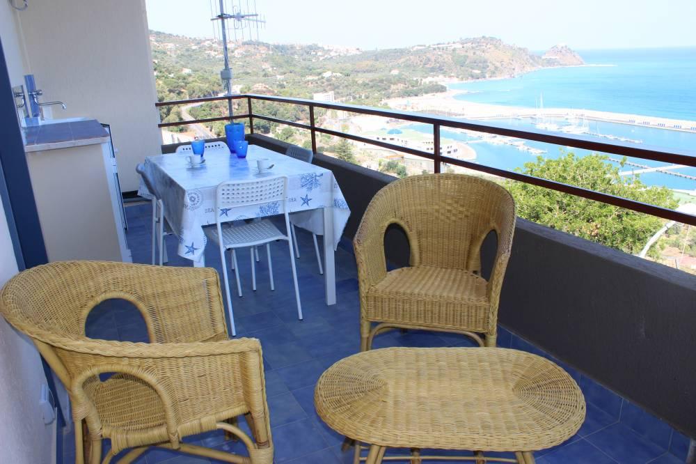 Salottino e tavolo in terrazzo
