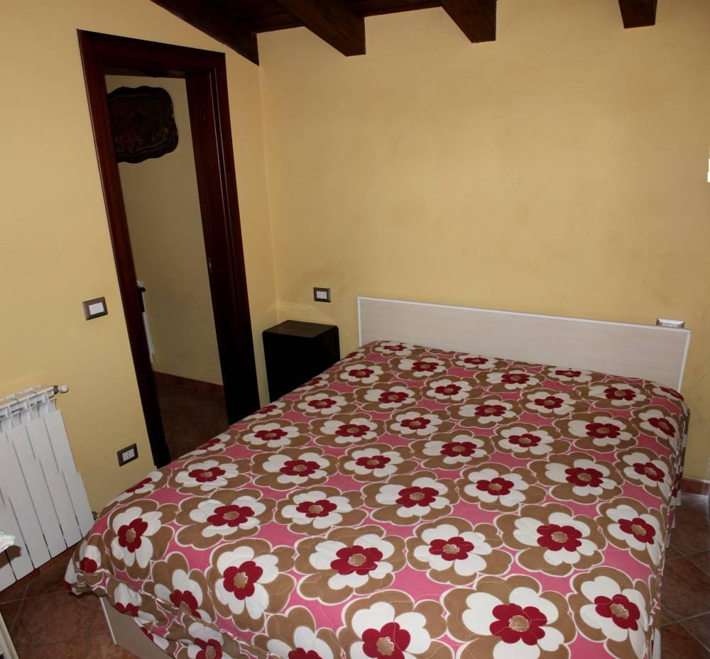 Camera da letto al piano secondo del fabbricato in vendita a Torrenova - Sicilia