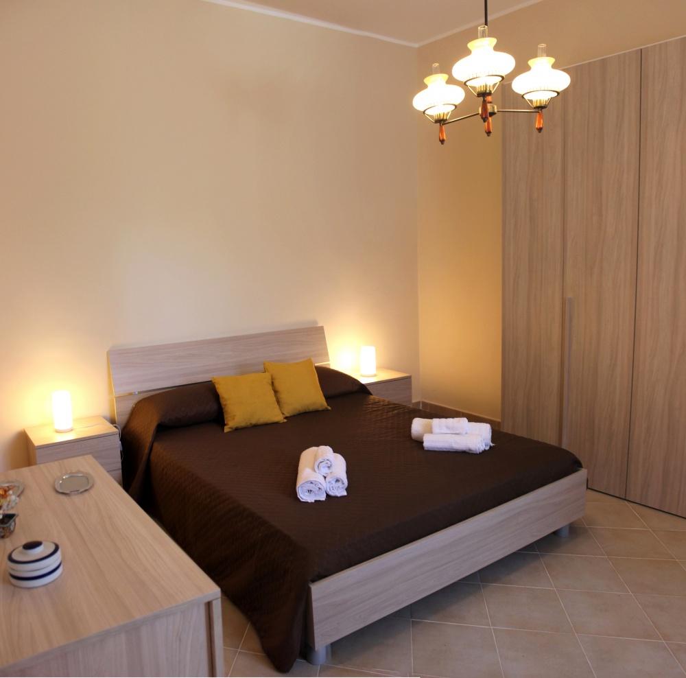 Foto 2 della camera da letto principale della casa vacanza di Rocca di Capri Leone RC54