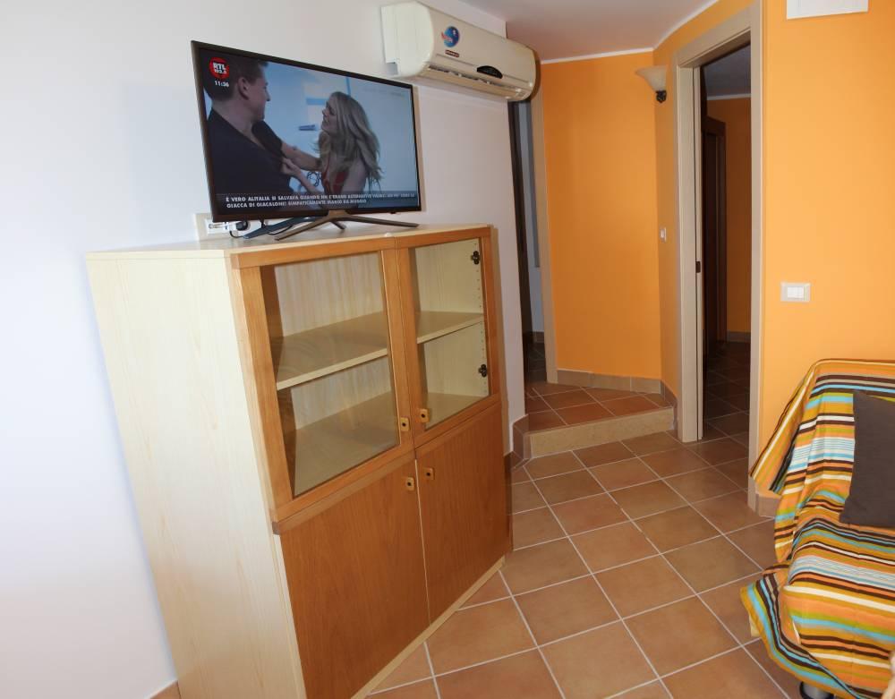 Mobiletto con TV a schermo piatto) - casa per vacanze a Capo d'Orlando A35G