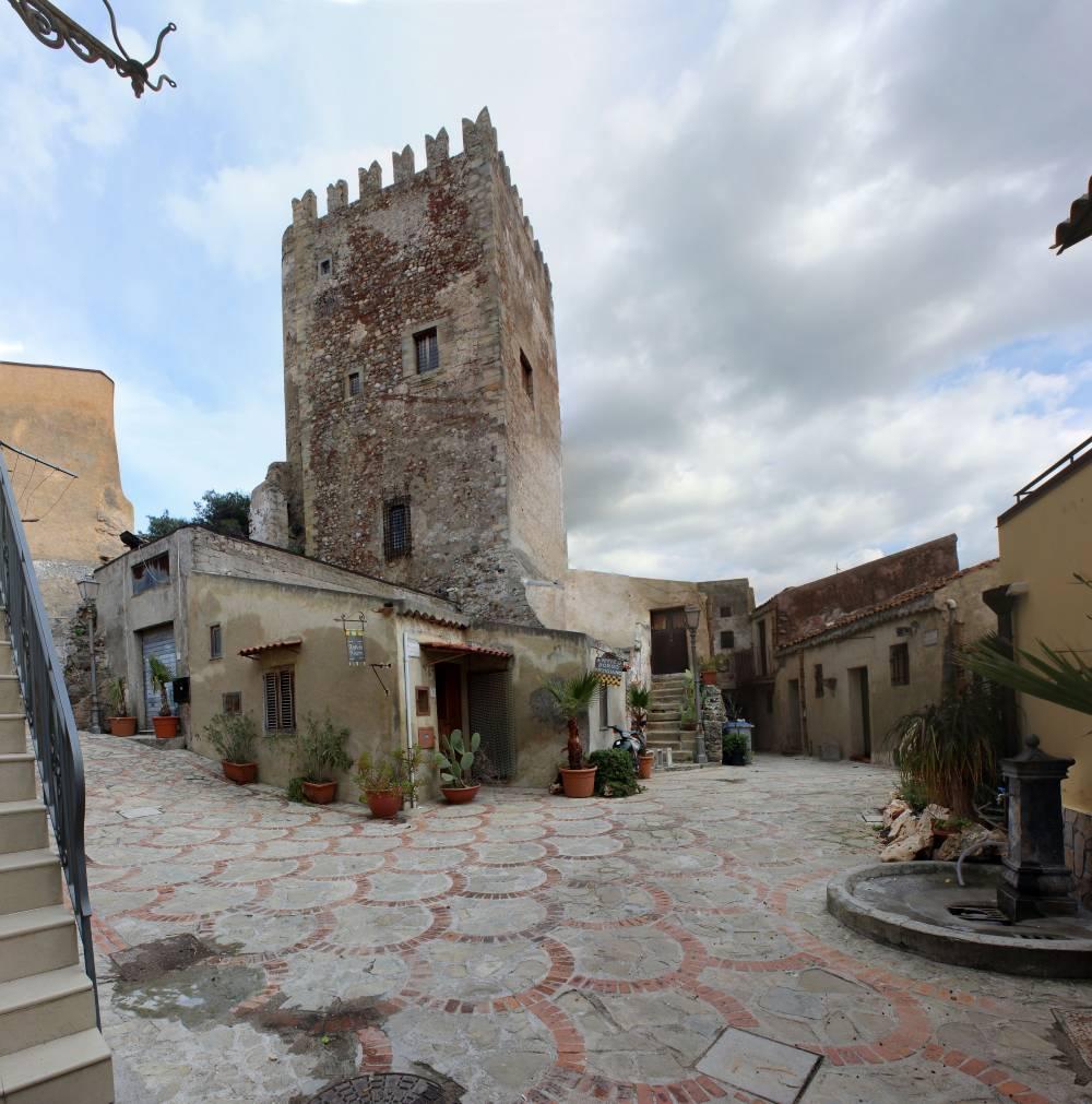 Il vicino castello di Brolo