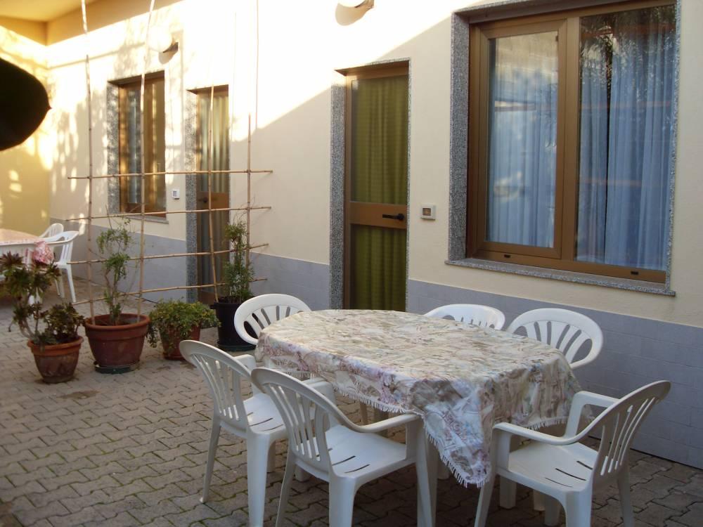 Foto 1 del terrazzino esterno con tavolo e sedie