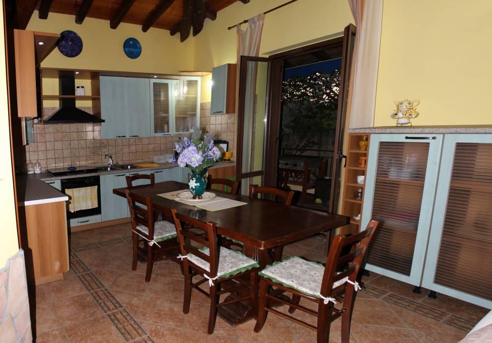 Foto n. 2 del soggiorno cucina